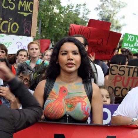 Diane Rodríguez activista transexual y transfeminsita en la Marcha de las Putas Ecuador