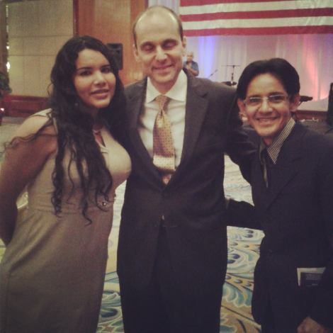 Diane Rodríguez junto al embajador d estados unidos adam namm