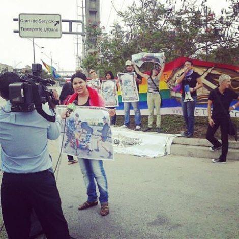Protesta en Consulado Honorario de Rusia Guayaquil por las ultimas muertes LGBTI por ley anti-gay de Rusia - Asociación Silueta X - amfar - Hivos - mama cash - AAE