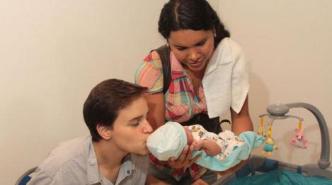 Activistas transexuales Diane Rodriguez y Fernando Machado se convirtieron en padres Diane carga a su hijo mientras fernando lo besa