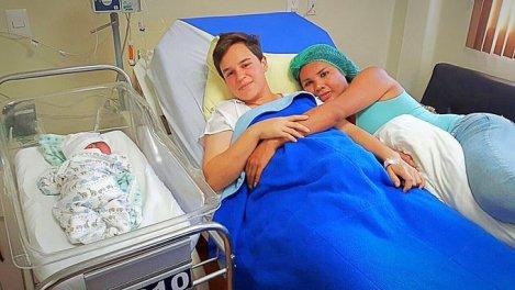 Diane Rodriguez y Fernando Machado en la Clinica luego del parto de su hijo