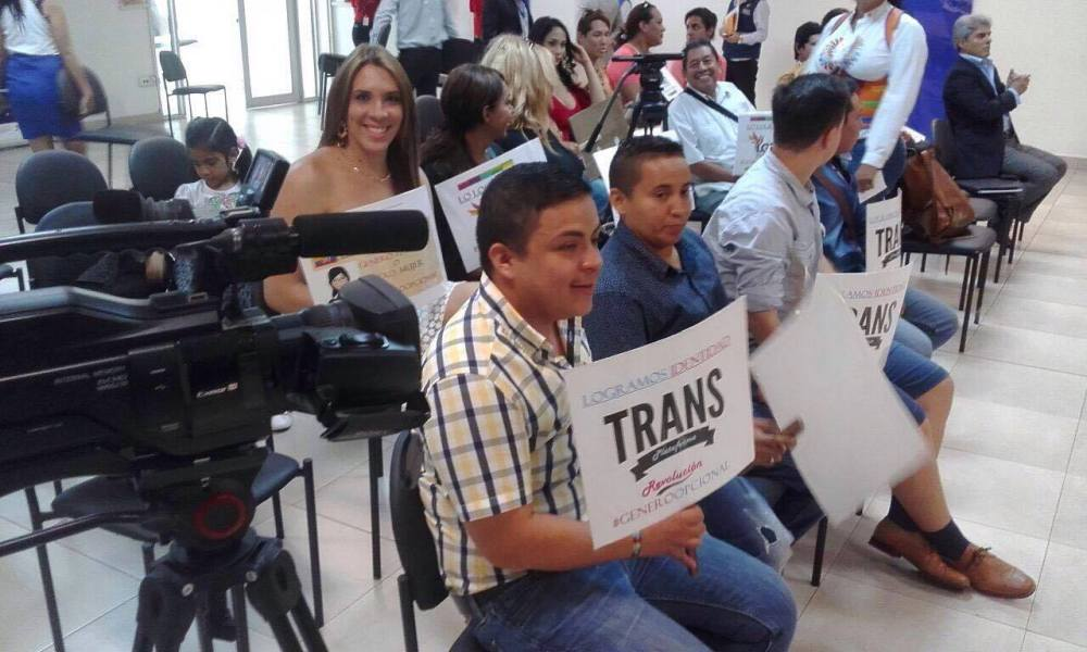 Transexuales logran la sustitución de sexo por genero en la cedula en Ecuador (13)