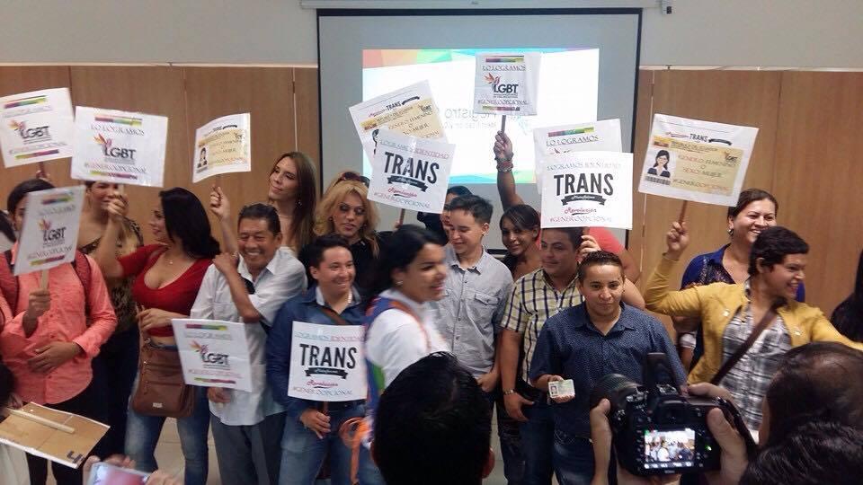 Transexuales logran la sustitución de sexo por genero en la cedula en Ecuador (22)
