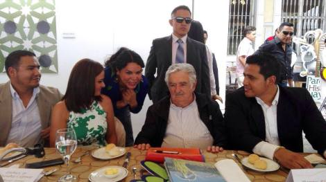 diane-rodriguez-presidenta-de-la-federacion-ecuatoriana-de-organizaciones-lgbt-hablando-junto-a-pepe-mujica-ex-presidente-de-uruguay-2